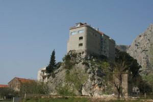 Elvetur ved byen Omis Dette er et hotell !