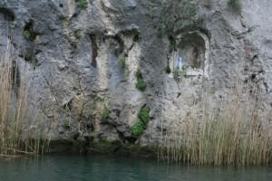 Elvetur ved byen Omis Madonnaen på plass i fjellet langs elva