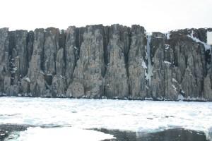 IMG_2414.JPG Vi er kommet til Falkefjellet på østsiden av Spitsbergen, her skal vi inn og se nærmere på verdens norligste fuglefjell