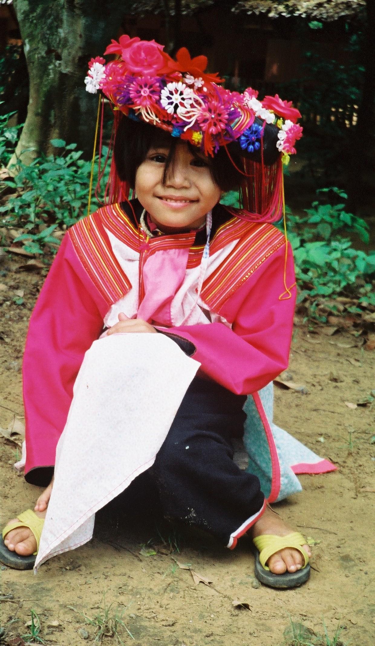 Festkledd jente av Namu-folket